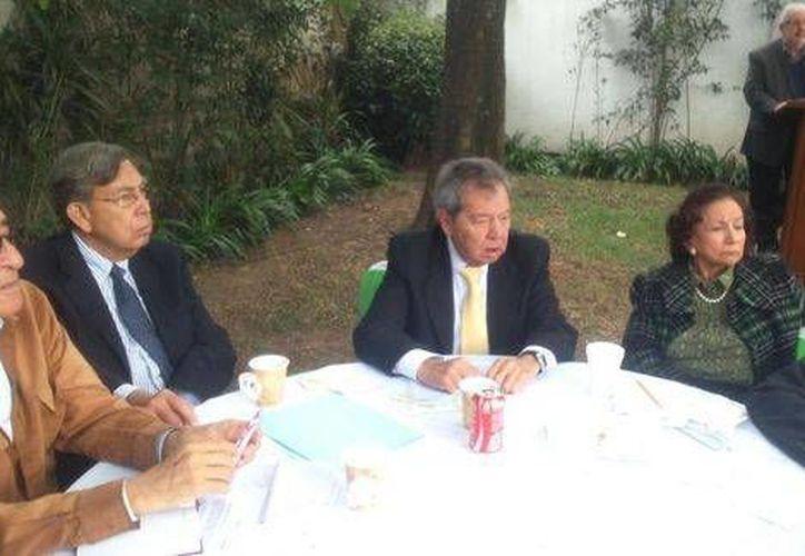 Cuauhtémoc Cárdenas se reunió con fundadores del PRD. Asegura que no pretenden deshacerse de las instituciones, sino solo una nueva Constitución ante la profunda crisis del país. (Milenio)
