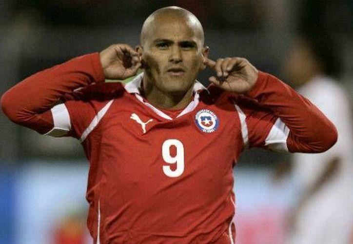 El futbolista chileno Humberto Suazo pondrá fin a su carrera después de que el año pasado tuvo un conflicto con técnico del equipo Colo Colo, mismo club al que tiene demandado. (Archivo AP)