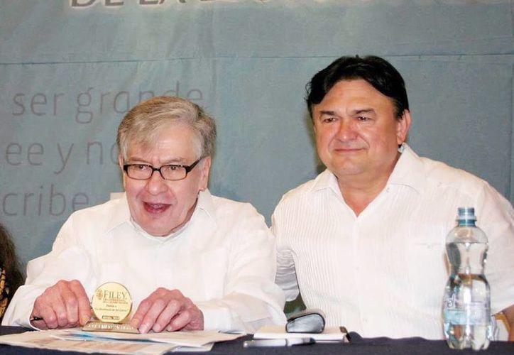 El fallecido escritor José Emilio Pacheco acompañado de Rafael Morcillo, director de la Filey. (Milenio Novedades)