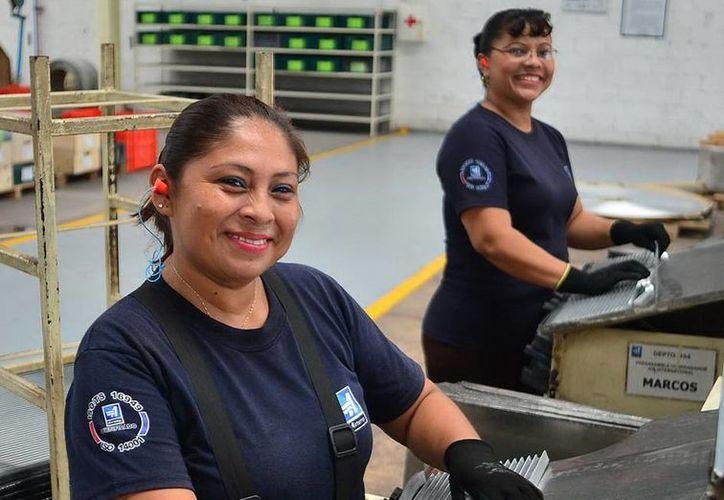 En el marco del Día Internacional de la Mujer, se destacó que el trabajo de las mujeres es más valorado que el de los hombres. Imagen de unas trabajadores en una fábrica en Yucatán. (Milenio Novedades)
