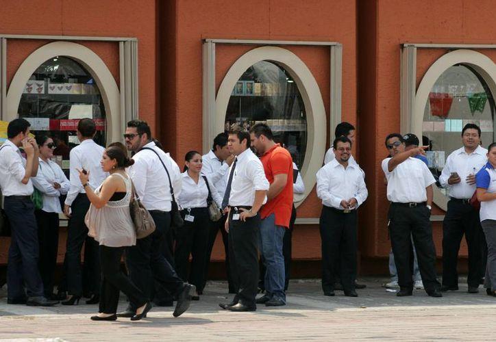 Servidores públicos suspendieron sus labores para ser evacuados de manera preventiva. (Juan Palma/SIPSE)