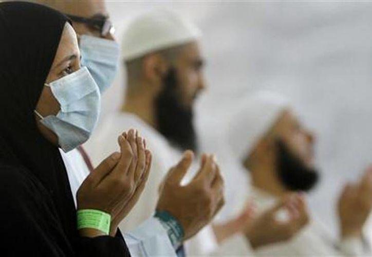 Peregrinos musulmanes egipcios, algunos con mascarillas como precaución contra el síndrome respiratorio del oriente medio, MERS, oran durante la peregrinación. (Agencias)