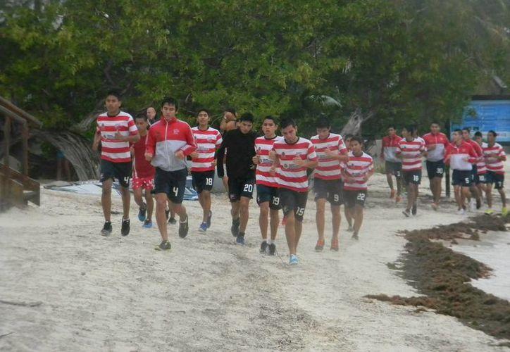 El equipo lleva a cabo su entrenamiento en Playa Las Perlas. (Ángel Mazariego/SIPSE)