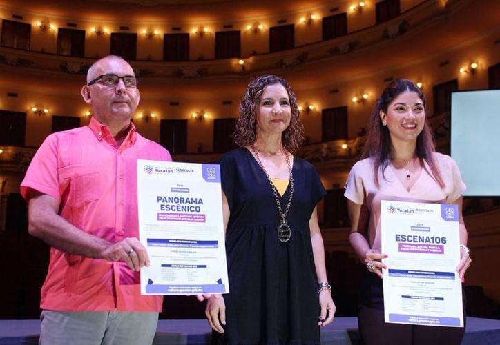 La titular de la Sedeculta, Érica Millet Corona (en medio), presentó ambas convocatorias. (Novedades Yucatán)