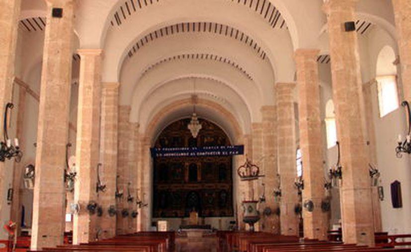 El bautisterio tiene una pila de piedra labrada; además en la iglesia hay ocho altares. (Foto: Milenio Novedades)