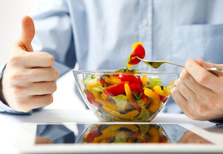 El consumo de alimentos bajos en calorías permite comer más sin engordar. (Foto: Contexto)