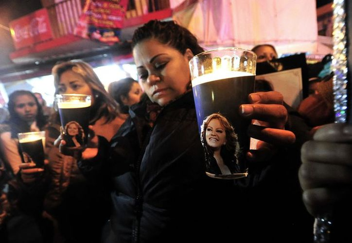 seguidores de la cantante Jenni Rivera participaron el 11 de diciembre de 2012, en una vigilia y peregrinación en la iglesia de Guadalupe en Monterrey. (EFE/Archivo)