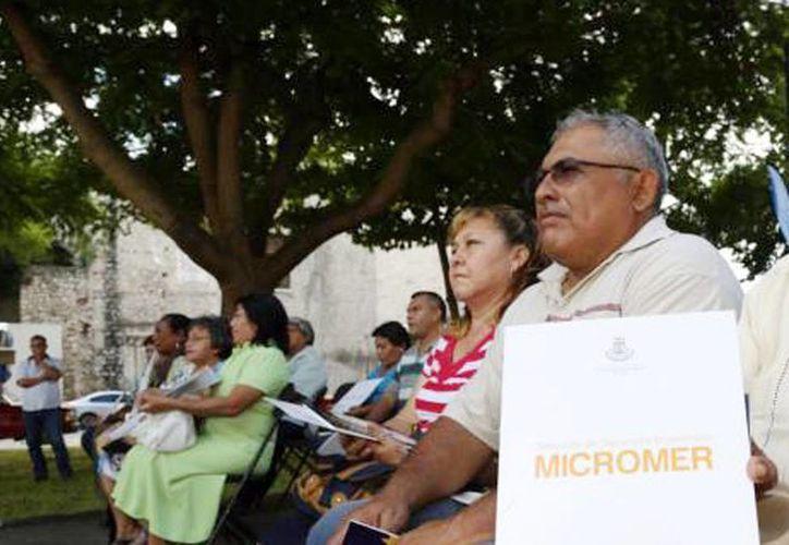 Fotografía de algunos de los beneficiados en entregas pasadas de los créditos Micromer. (Milenio Novedades)