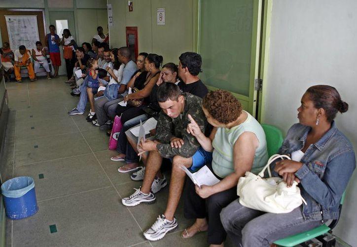 Decenas de personas con síntomas de dengue esperan para ser atendidas en un hospital de Río de Janeiro, Brasil, uno de los países más afectados por la epidemia en 2015. (EFE/Archivo)
