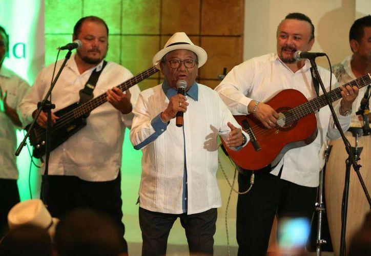 El cantautor Armando Manzanero, próximo a cumplir 81 años, cantó varios temas luego de ser distinguido como embajador de Mérida para las actividades de la Capital Americana de la Cultura 2017. (Fotos: Ayuntamiento de Mérida)