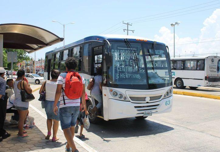 Esta semana entraron en operación las dos unidades de transporte gratuito para universitarios. (Juan Cano/SIPSE)