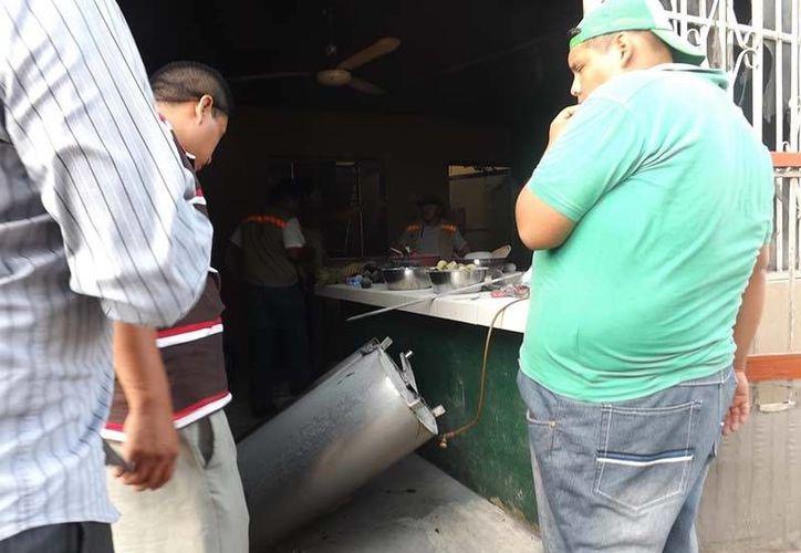 Vidrios, vasos, muebles resultaron dañados por el flamazo. (Luigi Domínguez/SIPSE)