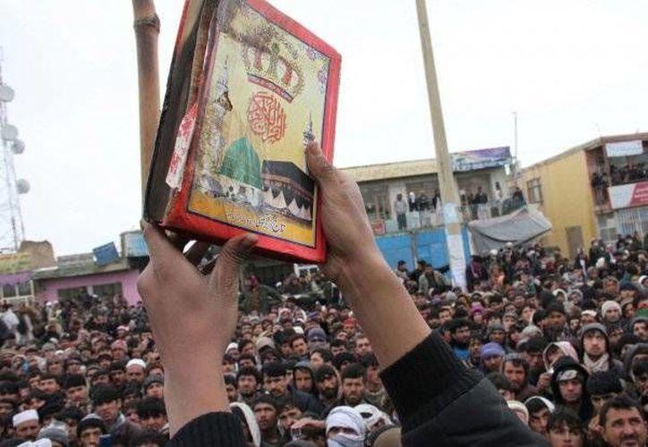 Los manifestantes buscan venganza por la ofensa al libro sagrado del islamismo. (laicismo.org)