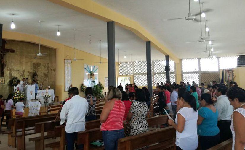 La Iglesia de San Juan Diego lució llena de fieles durante el último día de la Semana Santa, al celebrarse el Domingo de Resurrección.