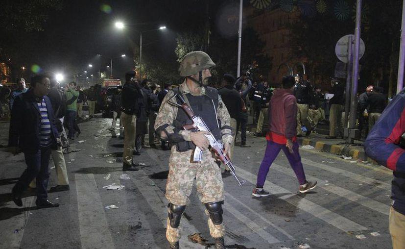 La policía pakistaní dice que una gran bomba ha golpeado una manifestación en la ciudad oriental de Lahore, matando a muchas personas e hiriendo a otros . Un funcionario de la policía local dijo que la explosión ocurrió cuando un hombre en una motocicleta golpeó contra la multitud de cientos de farmacéuticos, que estaban protestando por nuevas enmiendas a una ley que regula las ventas de drogas. (AP Photo / K.M. Chaudhry)