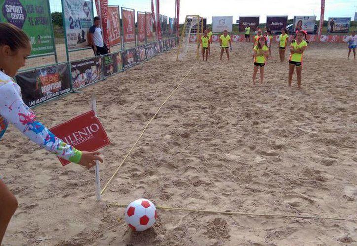 Imagen de uno de los partidos de 'La Reta by the Sea' que se realizó hoy viernes en la playa. (Marco Moreno/Milenio Novedades)