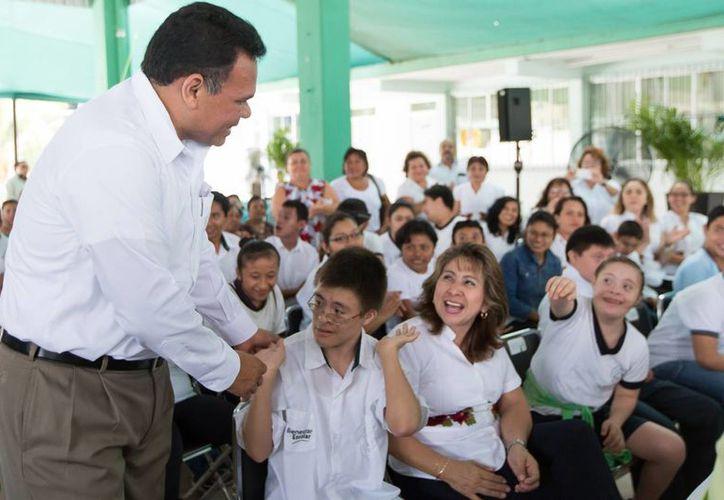 El gobernador Rolando Zapata Bello en una de las actividades que encabezó este miércoles. (Cortesía)