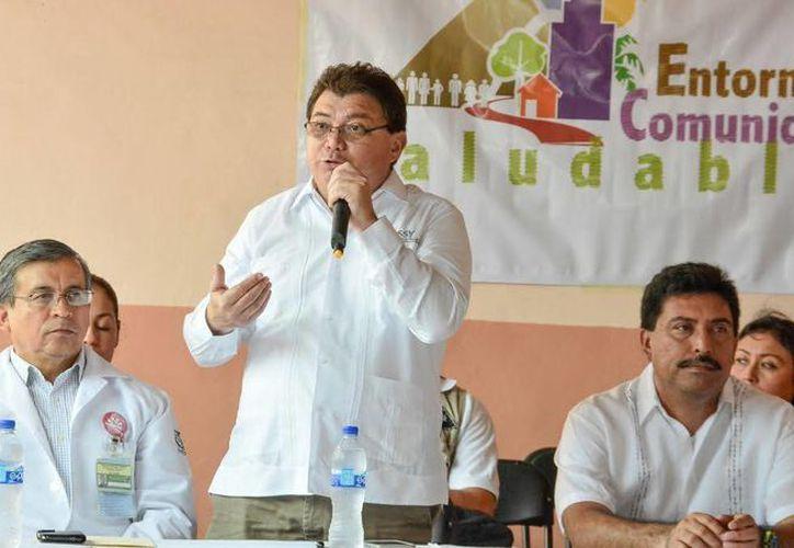 El secretario de Salud de Yucatán, Eduardo Mendoza, desatacó el monitoreo permanente de la dependencia sobre posibles brotes de dengue y chikungunya. (Cortesía)