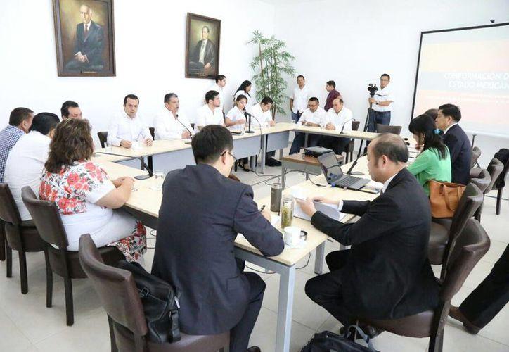 Una delegación de chinos de la provincia de Anhui conocieron sobre las leyes yucatecas al visitar el Congreso del Estado. (Foto cortesía del Gobierno)