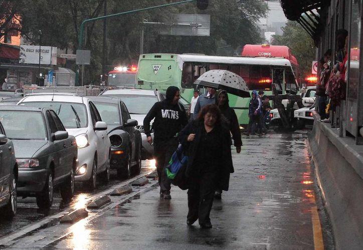 Debido a la influencia del fenómeno El Niño, el cual se encuentra en su fase fuerte, aunado a los frentes fríos y la afluencia de humedad del Pacífico, en México lloverá más de lo normal para el cierre del 2015 e inicio del 2016, según prevé el SMN. (Archivo Notimex)