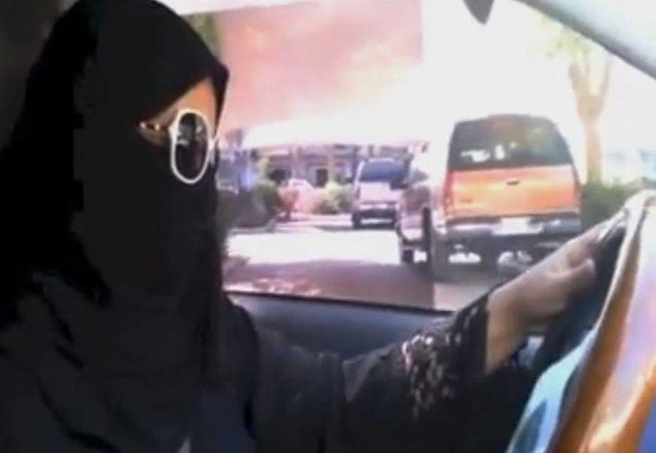 Activistas femeninas habían convocado para el sábado que las mujeres se pusieran al volante con el fin de protestar contra la prohibición. (Agencias)
