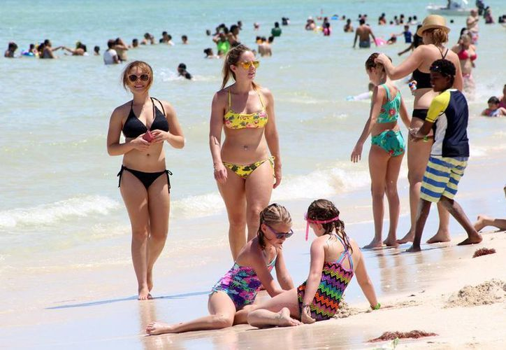 Numerosos viajeros disfrutaron las playas y los atractivos de la costa yucateca. (Gerardo Keb/Milenio Novedades)