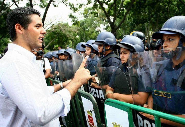 En Valencia, a dos horas de la capital venezolana, fueron incautadas armas y réplicas de uniformes militares que pretendían utilizarse en la marcha opositora de este jueves.  En la imagen, Yoi Goicoechea, líder estudiantil. (EFE)