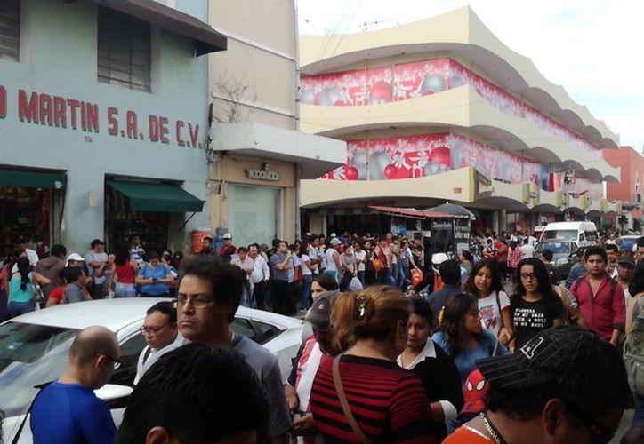 En el centro es imposible caminar con facilidad ante el gran número de gente comprando en las calles. (Fotos de José Salazar)