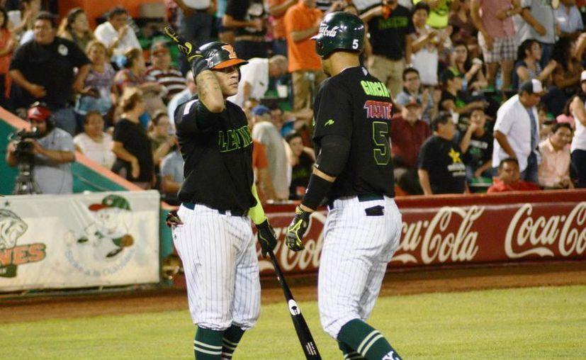 Leones de Yucatán tuvo una gran semana con marca de 5-1. Foto de dos melenudos que festejan de su éxito. (Milenio Novedades)