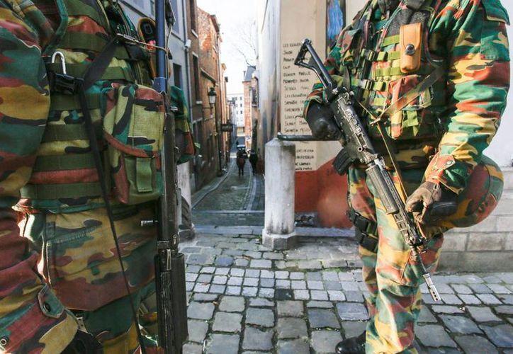 Unos soldados belgas vigilan en las calles de Bruselas cerca del Museo Judío. (EFE)