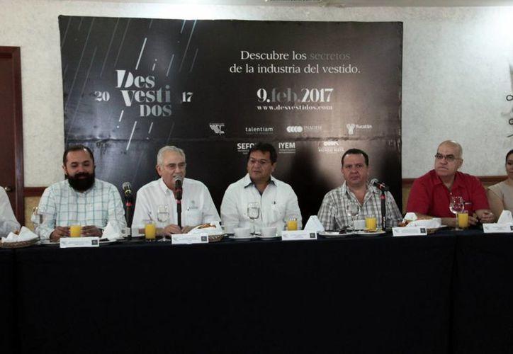 Imagen de la rueda de prensa en donde dirigentes de la Canaives dieron a conocer detalles del Primer Foro Desvestidos 2017. (Milenio Novedades)