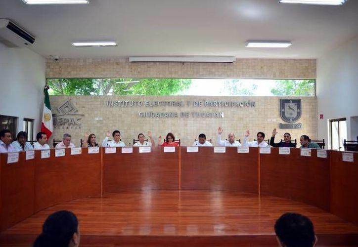 Imagen de una sesión extraordinaria con los consejeros electorales. El día de hoy se deshecharon 10 juicios ordinarios promovidos por los partidos del PAN, PRI y el PRD. (Archivo/SIPSE)