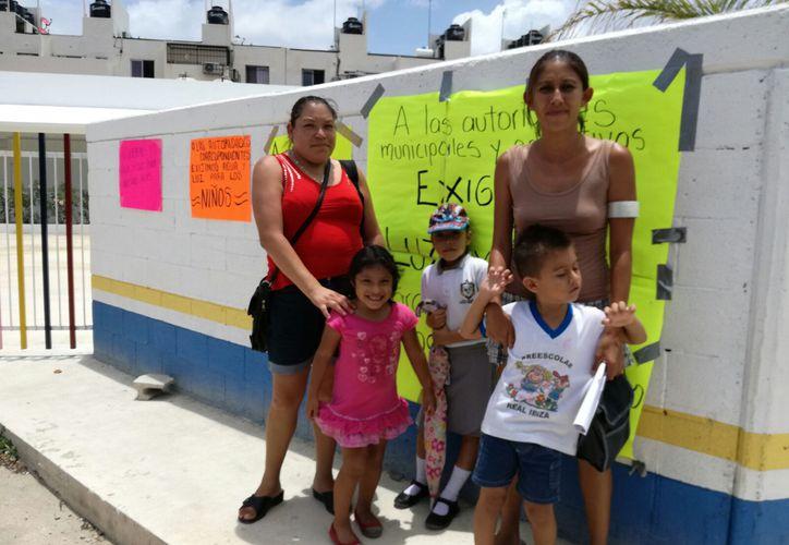 Las madres de familia exigieron con pancartas una pronta solución al problema. (Foto: Daniel Pacheco)