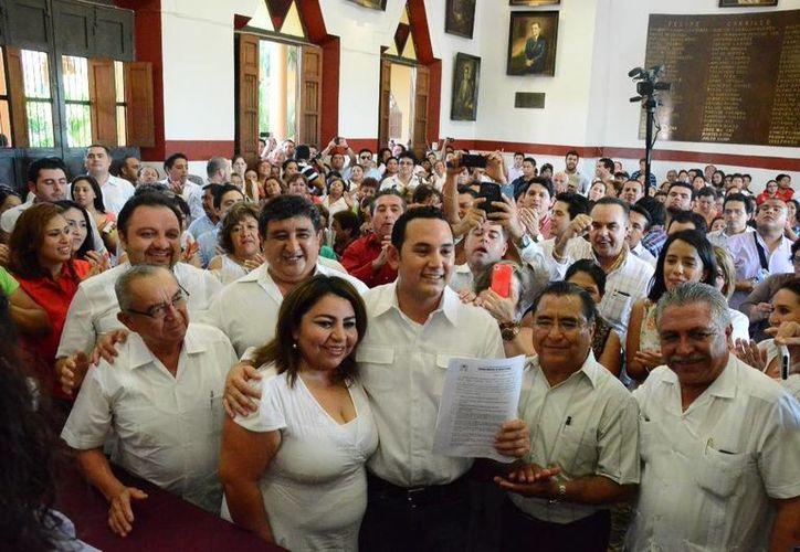 Jorge Sobrino a su llegada a la Casa del Pueblo para registrar su candidatura. (Cortesía)