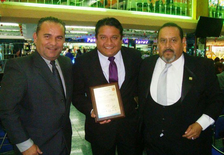 El presidente de la Acrodey, Mario Peniche Gorocica; Marco Moreno (premiado) y Jorge Bernal vicepresidente de la Femecrode. (SIPSE)