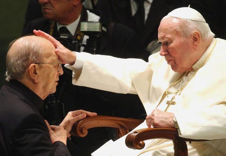 Marcial Maciel recibiendo la bendición del papa Juan Pablo II. (Archivo/Agencias)