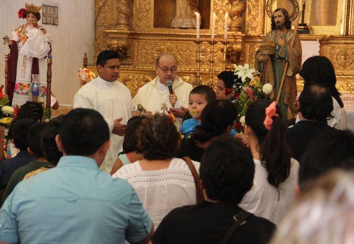 Este domingo en la rectoría de la Virgen de la Candelaria se celebró un evento para celebrar a la Madre de Dios. Este lunes le cantarán las Mañanitas y habrá misas y una procesión en su honor. (Jorge Acosta/SIPSE)