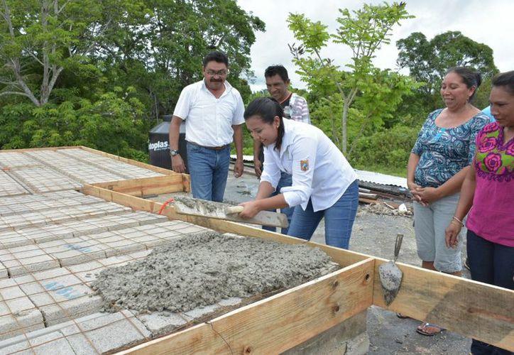 La munícipe Paoly Perera Maldonado inició la entrega del primer paquete de obras en seis de junio. (Jesús Caamal/SIPSE)