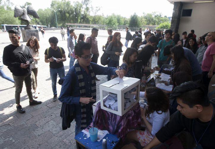 Alumnos de la Facultad de Derecho de la UNAM participan en el simulacro electoral.  (Foto:La Jornada)
