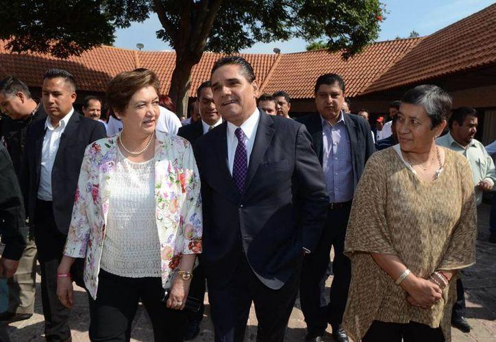 Silvano Aureoles, candidato del PRD, PT, NA y EN, presentó su Plan de Gobierno y Metodología de Foros para la Consulta Pública en el Centro de Convenciones de la capital del estado de Michoacán. (Notimex)