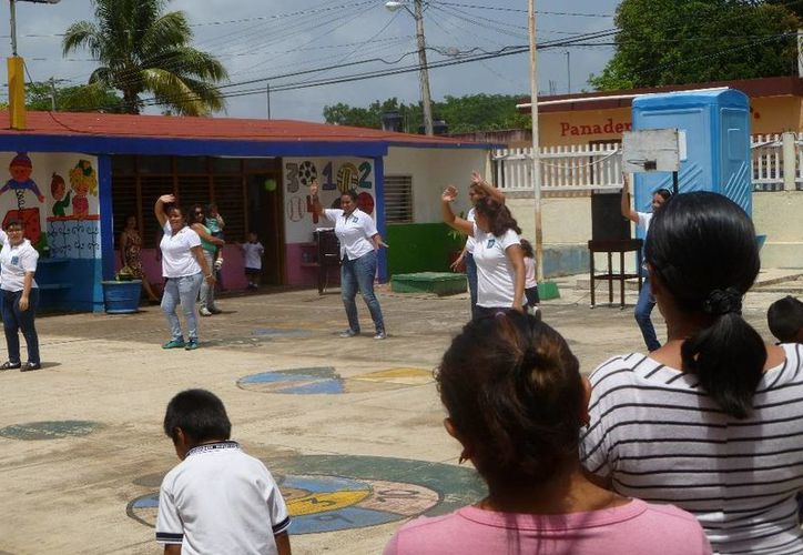 El bailable de las maestras llamó la atención. (Raúl Balam/SIPSE)