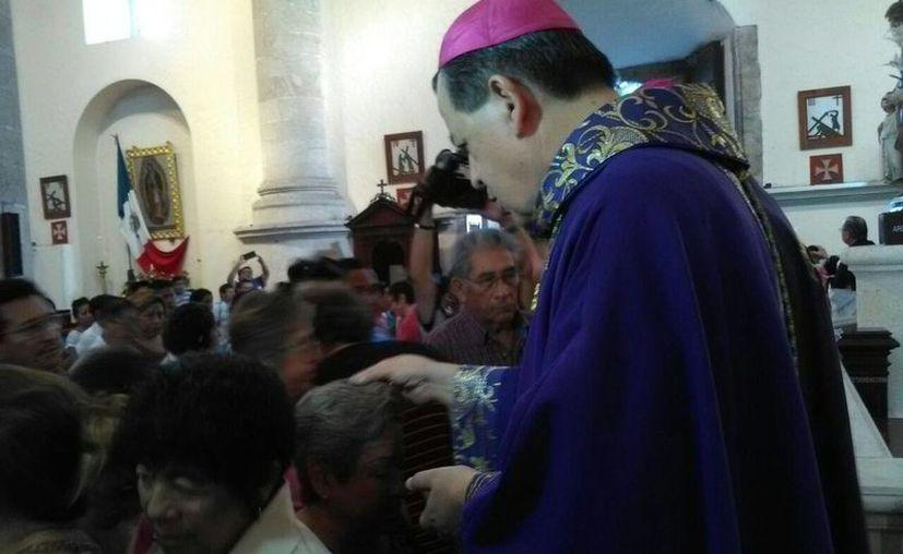 En la imagen, arzobispo de Yucatán, Gustavo Rodríguez Vega, al momento de ungir la ceniza a los fieles católicos. (William Sierra/Milenio Novedades)