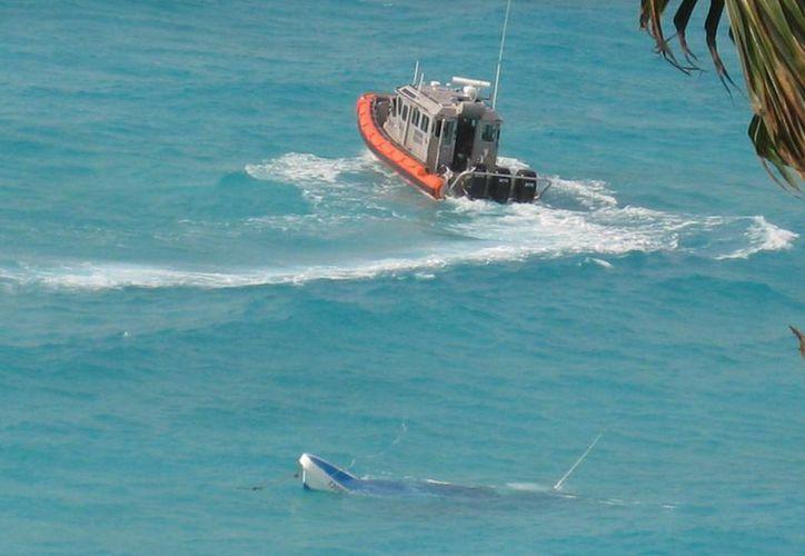 Dos grandes olas se 'metieron' a la lancha y esta se fue a pique. (Lanrrry Parra/SIPSE)