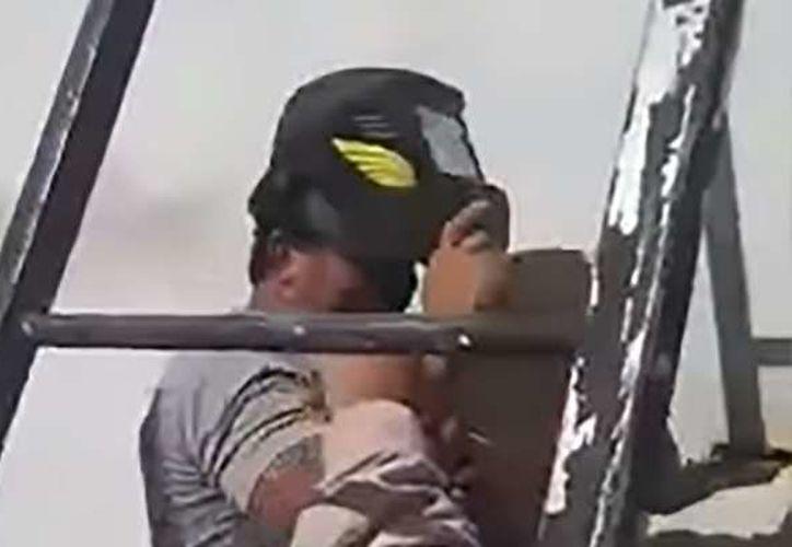 Un grupo de albañiles cometieron un grave error al momento de colocar una viga. (Foto: Captura de video)