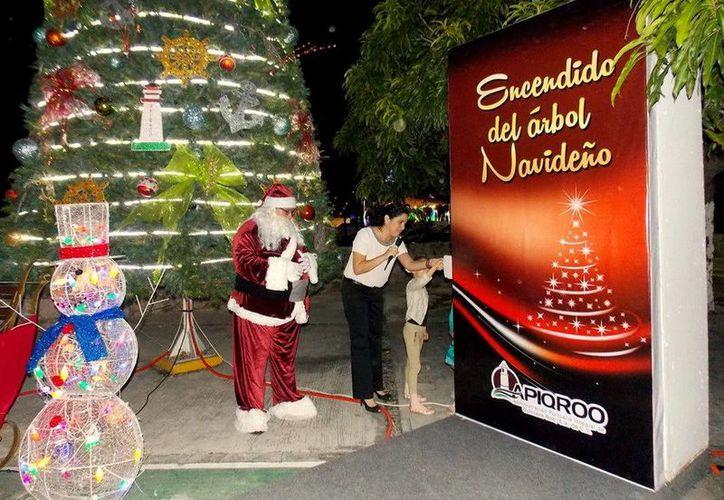 El encendido de los árboles navideños se realizó en las terminales portuarias de Chetujmal y Cozumel. (Redacción/SIPSE)