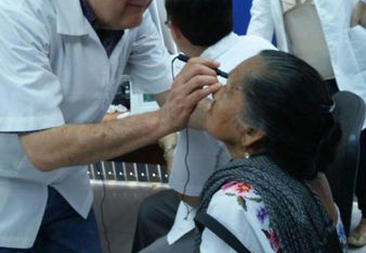 Especialistas evaluaron la salud visual de 270 personas en el sur de Yucatán, de las cuales 140 serán intervenidas quirúrgicamente. (Cortesía)