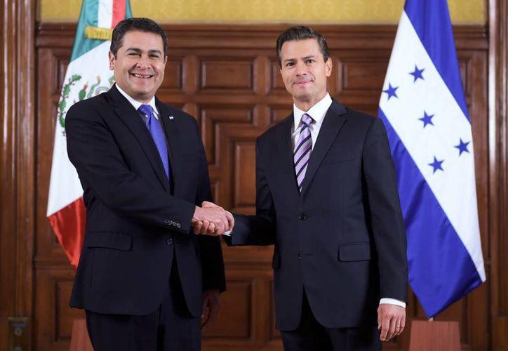 El presidente Enrique Peña Nieto recibió en Palacio Nacional a su homólogo hondureño, Juan Orlando Hernández. (Presidencia)