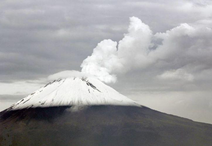Las explosiones más importantes del Popocatépetl se detectaron entre la tarde de este viernes y la madrugada y mañana de este sábado. (Notimex)