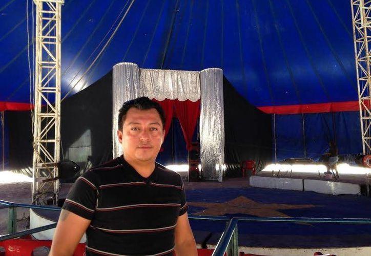 El empresario circense Andric Cristian Chimal Alvarado opina que lo que debió haberse hecho es castigar el maltrato animal, pero no   prohibir el uso de animales en todos los circos. (SIPSE)