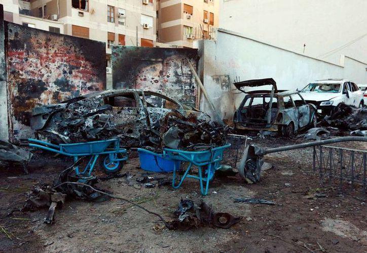 El asalto a un hotel y la explosión de un coche bomba dejó como saldo al menos 6 muertos, tres de ellos extranjeros. La imagen, que no corresponde al hecho, es únicamente de contexto y es de la la fachada de  la Embajada de Egipto en Trípoli, Libia, donde explotaron dos coches bomba. (Efe)